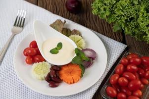 ingredientes para molho de salada em xícaras foto