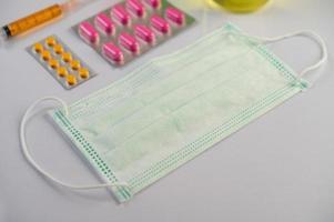 painel de medicamento, seringa e máscara