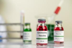 a vacina contra covid-19 em garrafas vermelhas e verdes foto