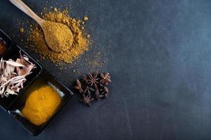 especiarias em uma superfície cinza de cozinha