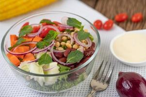 salada de frutas e vegetais frescos em uma tigela de vidro foto