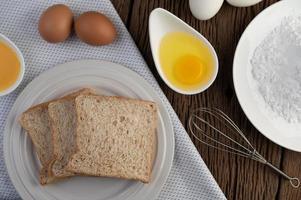 ovos, pão e ingredientes de farinha de tapioca foto