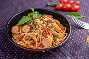 espaguete temperado em uma frigideira foto