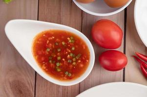 tomates e molho em um prato branco foto