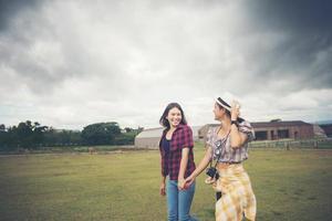 retrato de meninas sorridentes caminhando no parque foto