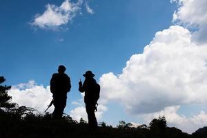 silhuetas militares de soldados com armas preparadas foto