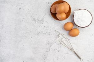 ovos, farinha de tapioca e batedor de ovos foto