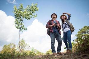dois jovens viajantes com mochilas na selva verde