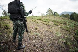 soldado pronto com arma foto