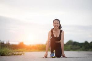 jovem atleta pronto para começar a correr