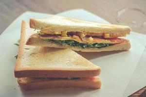 bacon e sanduíche de vegetais na torrada