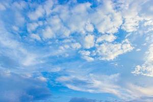 céu azul nublado foto