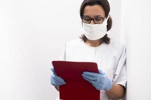 retrato de uma enfermeira usando um tablet digital foto