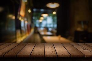 cena borrada de restaurante com mesa vazia foto