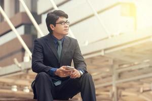 empresário sentado do lado de fora