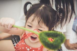 bebê brincando com varinha