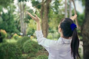 mulher dançando lá fora foto