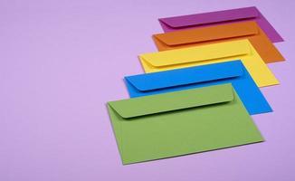 envelopes coloridos bem organizados em um fundo rosa claro