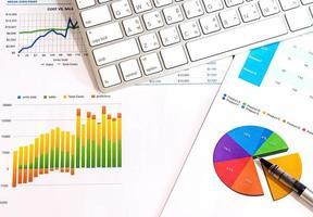 documentos financeiros de negócios em uma mesa