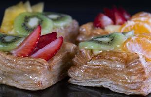 deliciosa massa folhada com natas e frutas foto