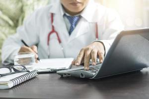 médico usando o computador