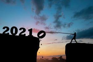 conceito de ano novo, trazendo o ano de 2021 foto