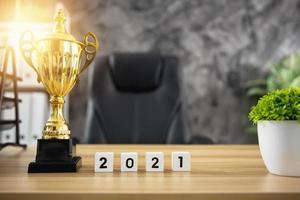 o ano de 2021 com um troféu foto