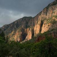 montanha rochosa marrom sob céu nublado durante o dia
