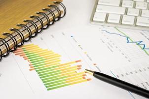 gráfico de negócios e caneta