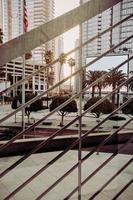 palmeiras verdes perto de edifício de concreto branco durante o dia