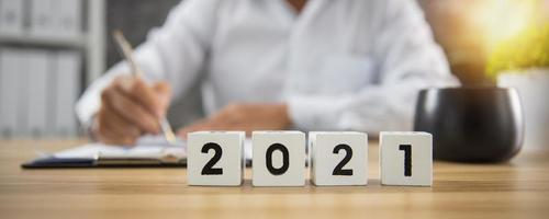 cubo do ano número 2021 na mesa de madeira foto