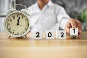 cubo do ano número 2021 na mesa de madeira
