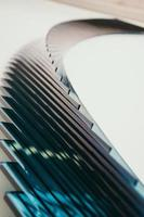 escada em espiral branca e azul foto