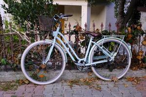 bicicleta da cidade na rua burgazada