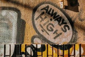 torrevieja, espanha, 2020 - arte de rua amarela