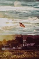 king city, ca, 2020 -us bandeira no mastro durante o dia