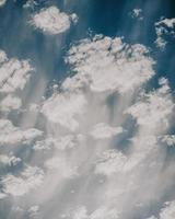 nuvens brancas e céu azul durante o dia foto