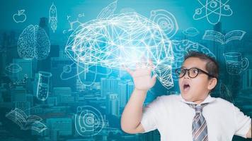 menino interagindo com cérebro digital