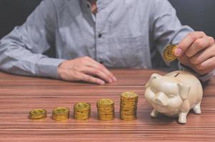 homem e moedas empilhadas