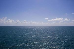 visão clara do oceano foto