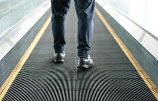 pedestre caminhando na calçada foto