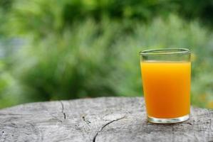 suco de laranja em um toco