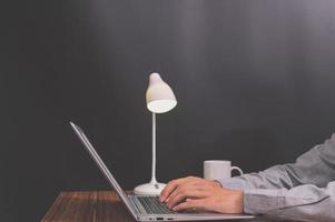 empresário usando um laptop foto