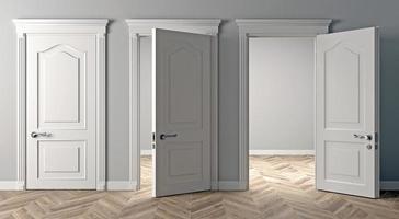 três portas brancas clássicas abertas