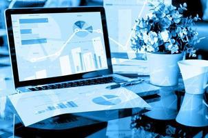 laptop com tabelas e gráficos foto