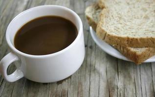 prato com uma xícara de café e biscoitos