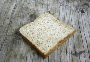 pão de trigo em madeira foto