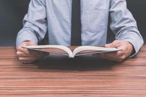 homem lendo no escritório