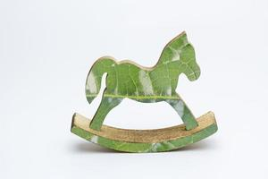 um brinquedo decorativo de cavalo de balanço em um fundo branco