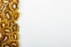 vista superior de fatias de kiwi secas foto